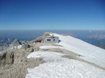 The hut just a few meters from the summit.
