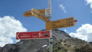 At Basset de Lona (2792 m) and some useful signs.