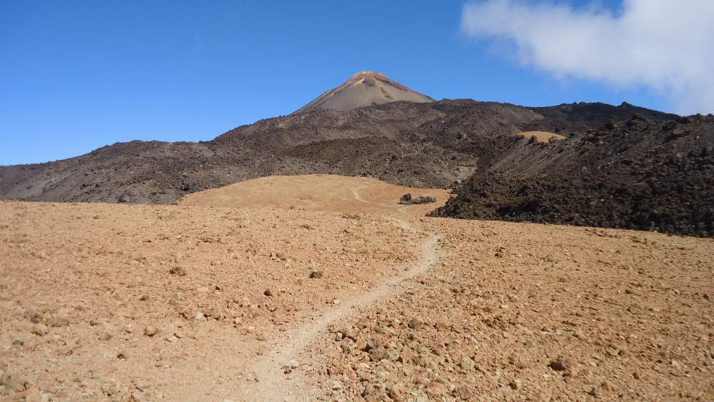 At the pass between Pico Viejo and El Teide, the beginning of the route 9.