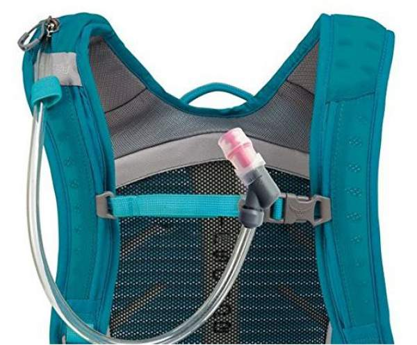 The shoulder straps with all elements: adjustable sternum strap, magnetic hose attachment and the long zippered sleeve on the right shoulder strap.