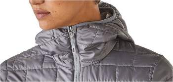 Quite high collar which closes the space around the neck to preserve the warmth.