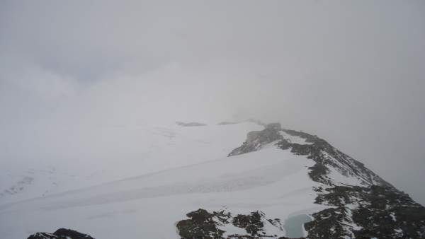 A rare moment with some views from the summit, towards the Casati hut.