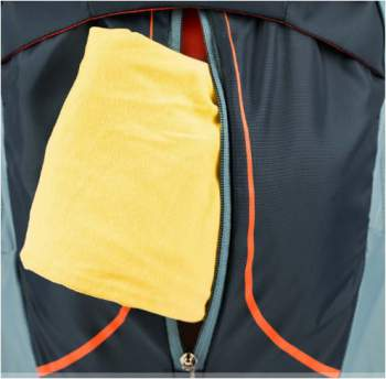 The front pocket with the vertical central zippered entrance.