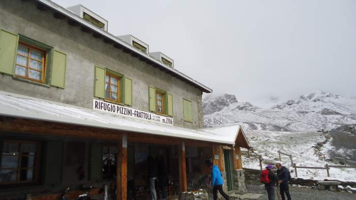 Rifugio Pizzini-Frattola at 2706 meters, a winter atmosphere in August.
