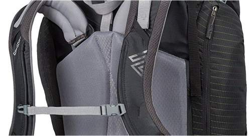The shoulder harness elements move independently. Observe the upper zippered side pocket
