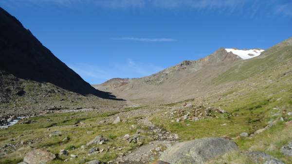 The beautiful valley above the Martin Busch hut. The route goes to the right.